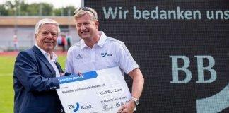 Frank Nowottny, Regionaldirektor der BBBank überreicht den Scheck an Philipp Krämer, Präsident des Badischen Leichtathletik-Verbandes (links) (Foto: Badischer Leichtathletikverband)