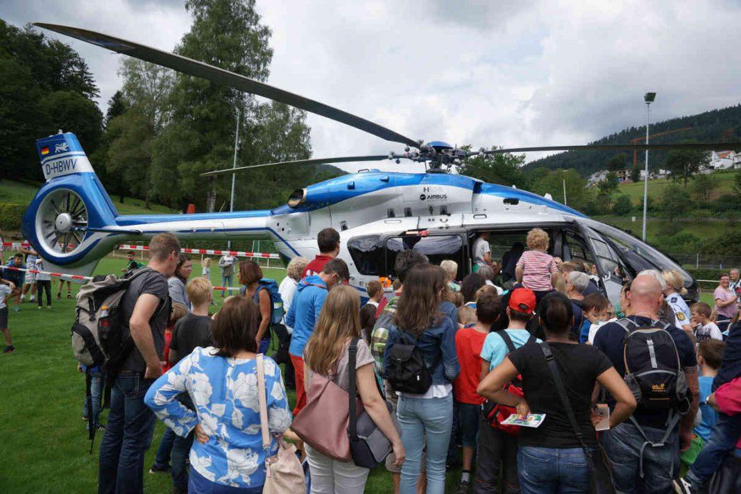 Großes Interesse bei der Anwesenheit des Polizeihubschraubers (Foto: Holger Knecht)