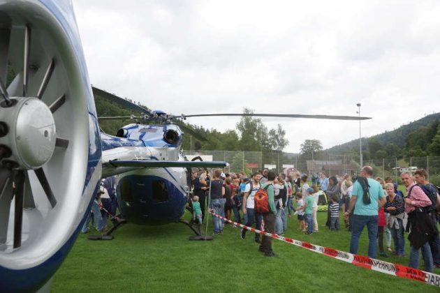 Besucher am Hubschrauber (Foto: Holger Knecht)