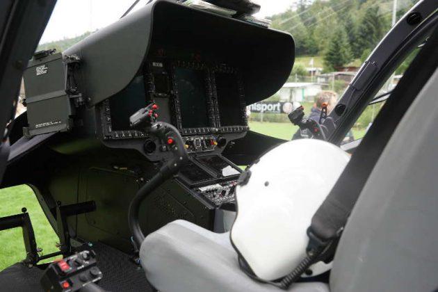 Arbeitsplatz der Hubschrauberpiloten (Foto: Holger Knecht)