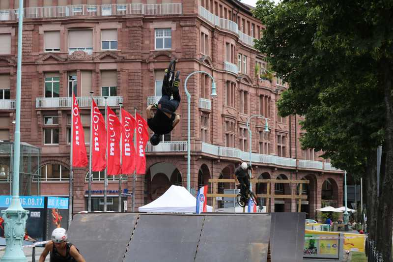 BMX-Stunts in Mannheim bei Sport und Spiel