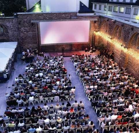 Open Air Kino in der Erkenbert-Ruine