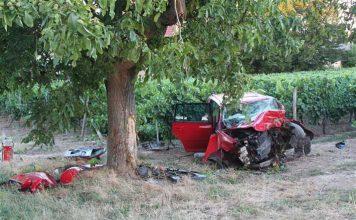 Der Fahrer konnte nur noch tot aus diesem völlig zerstörten Wrack geborgen werden