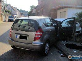 Der Mercedes-Fahrer war zu weit rechts gefahren und auf den parkenden Pkw gekracht. Beide Fahrzeuge wurden herumgeschleudert