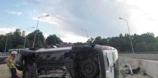 Quer über beide Fahrspuren blieb der Renault liegen. An dem Fahrzeug entstand wirtschaftlicher Totalschaden