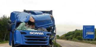 Nach der Kollision mit dem anderen Lkw prallte der Unfallverursacher zunächst in die seitlichen Schutzplanken und kam schließlich an den Mittelschutzplanken zum Stehen.
