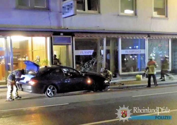 Der Wagen krachte in die Schaufensterscheibe und blieb anschließend entgegen der Fahrtrichtung stehen. Der Fahrer kam mit leichten Verletzungen davon.