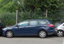 Der Mercedes krachte auf den Ford Mondeo und schob diesen auf den davor geparkten Peugeot