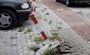 Ein silbergrauer Pkw mit KL-Kennzeichen rammte den Pfosten beim Ausparken - der Fahrer flüchtete anschließend. Auf ihn wartet eine Strafanzeige