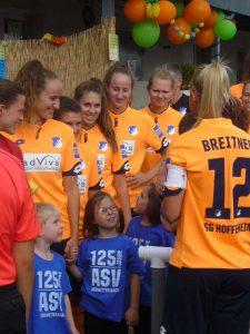 Hoffenheimer Spielerinnen mit Einlaufkindern in Karlsruhe-Grünwettersbach (Foto: Hannes Blank)