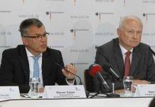 Werner Gatzer, Staatssekretär im Bundesministerium der Finanzen. präsentiert den Erfolg