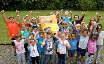 Große Freude über den Erfolg des geplanten Abenteuerspielplatzes auf dem Sommerwald: die Kinder der Ferienfreizeit St. Elizabeth (Foto: Buchholz)