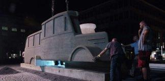 Das Denkmal 'Die Grauen Busse' wird auf dem Rathenauplatz montiert (Foto: Stadt Frankfurt/Paul Claessen)