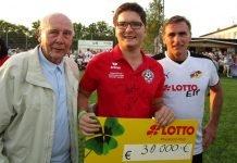 Fabian Pozywio (Mitte) mit dem Lotto-Spendenscheck und mit Fußball-Weltmeister Horst Eckel (links) sowie Europameister Stefan Kuntz (Foto: Michael Sonnick)