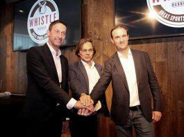 Daniel Hopp (r.) sowie Achim Herzog und Achim Ihrig gaben den Startschuss für die Whistle Sportsbar (Foto: Boris Korpak)