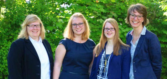 Sie werden von Bischof Wiesemann für ihren Dienst beauftragt (von links): Nina Bender, Kerstin Humm, Amanda Wrzos und Dominique Haas. (Foto: privat)