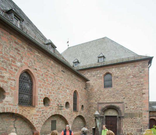 """Führung """"Jüdisches Worms"""", vor der Synagoge; im Jüdischen Museum (Foto: Bernward Bertram)"""