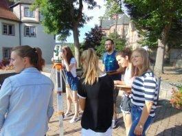 Begeistert waren die Schülerinnen und Schüler von der Geo-Olympiade, hier in Hardheim mit Bürgermeister Volker Rohm (Foto: Landratsamt Neckar-Odenwald-Kreis)
