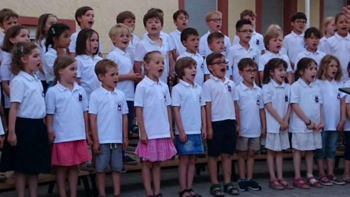 Junge Sängerinnen und Sänger der C-Chöre der Dommusik gestalteten im Juni 2017 ein Sommerkonzert im Innenhof der Klosterschule in Speyer. (Foto: Dommusik)