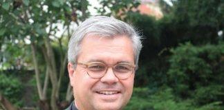 Weihbischof Dr. Udo Markus Bentz wurde von Bischof Peter Kohlgraf am Ende des Weihegottesdienstes zum Generalvikar des Bistums Mainz ernannt. (Foto: Bistum Mainz / Blum)