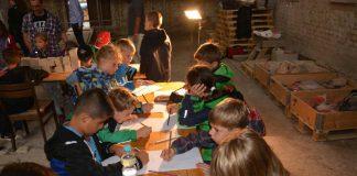 Kinder besuchen alten Dom zu Mainz