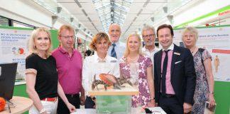 Erste Kreisbeigeordnete und Gesundheitsdezernentin Diana Stolz (4.v.r.) eröffnete die Ausstellung im Rhein-Neckar-Zentrum in Viernheim. Die Besucher des Einkaufszentrums konnten sich eine Woche lang über die Risiken und Gefahren eines Zeckenstiches informieren. (Foto: Marcus Schwetasch)