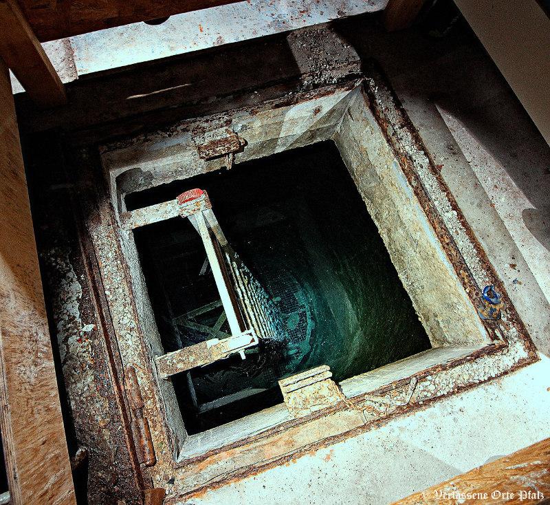 Einstieg zum Brunnen (Foto: Verlassene Orte Pfalz)