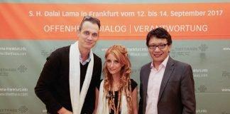 Schauspieler & Moderator Ralf Bauer, Liedermacherin Sarah Lesch und der geschäftsführende Vorstand Puntsok Tsering bei der heutigen Pressekonferenz im Tibethaus. (Foto: Tibethaus Deutschland)