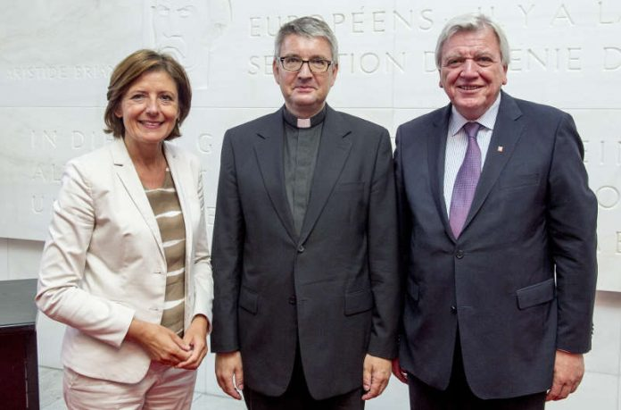 Ministerpräsidentin Malu Dreyer mit Bischof des Bistums Mainz, Professor Dr. Peter Kohlgraf und dem hessischen Ministerpräsidenten Volker Bouffier. (Foto: Staatskanzlei/Torsten Silz)