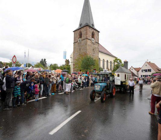 Der Festwagen der Kath. Kirchengemeinde Godramstein vor vielen Besuchern (Foto: Holger Knecht)