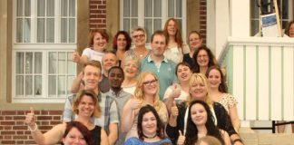 Die frisch examinierten Gesundheits- und Krankenpflegehelferinnen und –helfer mit einigen ihrer Gratulanten (Foto: BZG)
