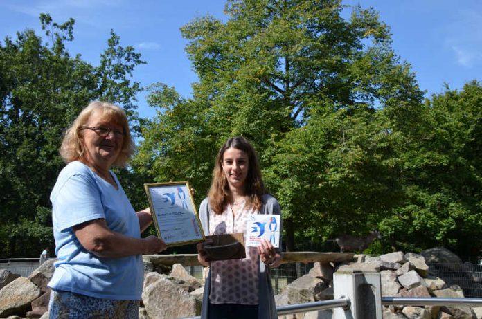 Christine Schröter überreicht Dr. Yvonne Maier die NABU Auszeichnung (Foto: Stadtpark Mannheim gGmbH)