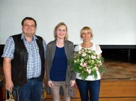 """Jürgen Meisel (l.) und Eva Weigel (r.) bedanken sich bei Sophia Kuhs für die Leitung der Workshops zum Thema """"angewandte Rhetorik"""" (Foto: BBS Landau)"""