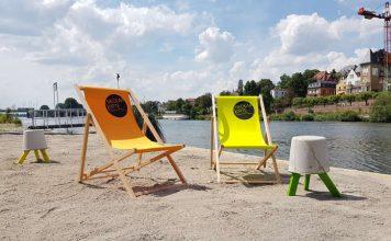 """Auf zum Sandstrand an den Neckar! Von der Veranstaltung """"Neckar-Lounge"""" im Juli ist der Sandstrand geblieben. Nur den Strandstuhl oder die Picknickdecke muss man selbst beisteuern. (Foto: Herbstrieth)"""