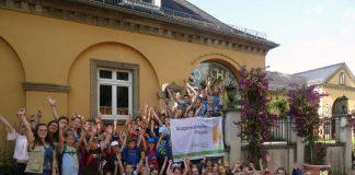 Zooschul-Kinder mit der Projekt-Flagge (Foto: Zooschule Heidelberg),