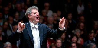 Generalmusikdirektor Karl-Heinz Steffens ist an diesem Abend auch als Solist an der Klarinette zu hören (Foto: Benno Hunziker)