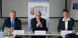 v.l.: Polizeipräsident Michael Denne, Innenminister Roger Lewentz, Gerke Minath-Grunwald (Foto: Holger Knecht)