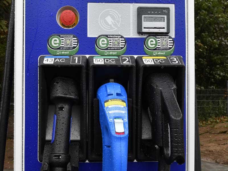 Schnellladesäule für Elektroautos (Foto: Helmut Dell)
