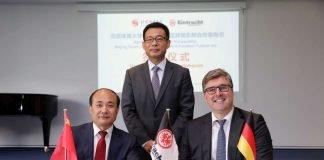 Generalkonsul Wang Shunqing (stehend) bei der Vertragsunterzeichnung von BSU-Direktor Cao Weidong und Axel Hellmann. (Foto: Eintracht Frankfurt)