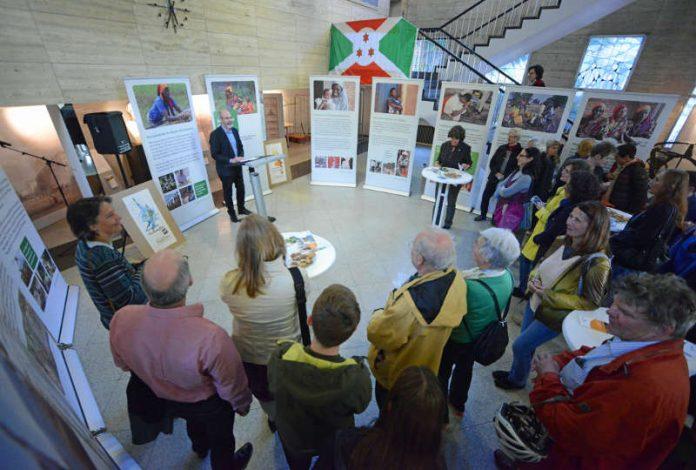 Im Rathausfoyer starteten Bürgermeister Klaus Stapf und Staatssekretärin Dr. Gisela Splett die Faire Woche mit dem Schwerpunktthema