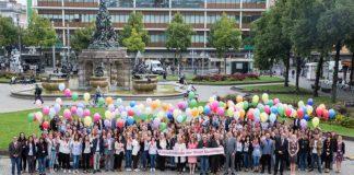 Heute (01.09.2017) wurden 150 neue Auszubildende und Studierende bei der Stadt Mannheim begrüßt. An bunte Luftballons geknüpft, stiegen die Wünsche der Azubis in den Mannheimer Himmel. (Quelle: Stadt Mannheim. Bild: Maria Schumann)