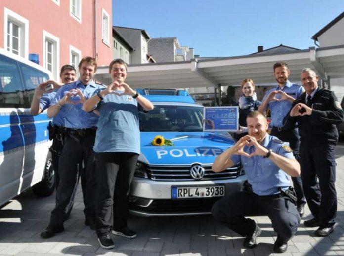 Im Hof der PI 1 mit der Vorsitzenden des Vereins 'KGgP',Gerke Minrath-Grunwald (3.v.l.) (Foto: Polizei RLP)