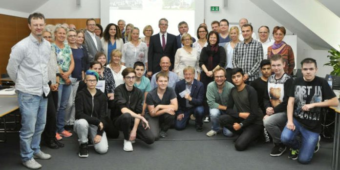 Landrat Christian Engelhardt (Mitte) mit den Vertretern der Schulen, die am Prämienmodell teilgenommen haben. (Foto: Kreis Bergstraße)