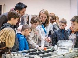 Erste Schüler erkunden das neue DLR_School_Lab TU Darmstadt (Foto: Felipe Fernandez / TU Darmstadt)