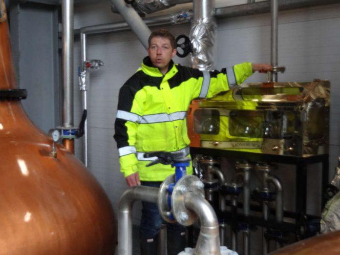 Mark Armin Giesler bei der Führung durch die Destillerie Ardnamurchan in Schottland