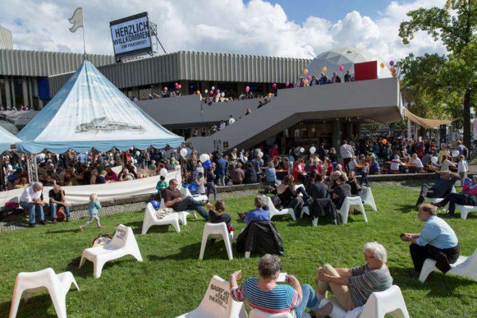 Theaterfest auf dem Hermann-Levi-Platz (Foto: Felix Grünschloß)