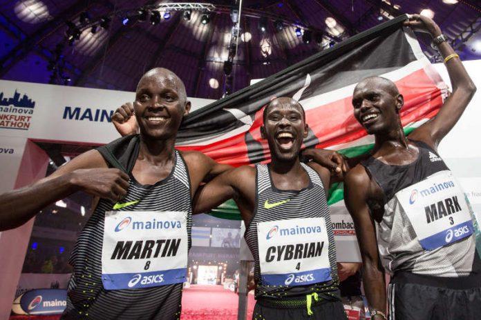 Titelverteidiger Mark Korir, Martin Kosgey und Cybrian Kotut werden sich beim Mainova Frankfurt Marathon am 29. Oktober erneut duellieren. (Foto: Mainova Frankfurt Marathon/ Norbert Wilhelmi)