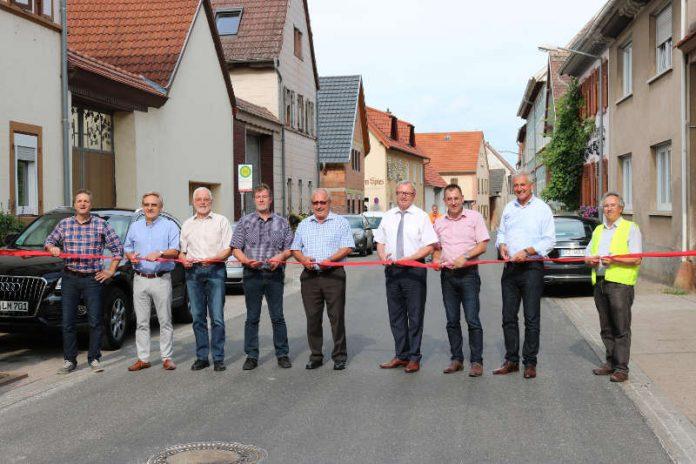 Verkehrsfreigabe der Kreisstraße 37 in Mörstadt nach fünfwöchiger Vollsperrung durch Vertreter des LBM Worms sowie der Politik. (Foto: Kreisverwaltung Alzey-Worms)