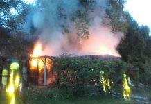 Eine etwa 80 Quadratmeter große Gartenhütte stand in Vollbrand (Foto: Feuerwehr Frankfurt)