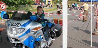 Kleiner Motorradfahrer beim Kinderfest